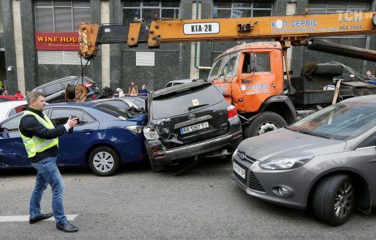 Заблокована дорога та мінімум постраждалих: як у Києві автокран зім'яв десятки авто