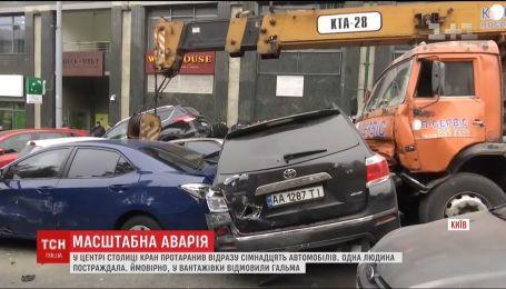 В Киеве кран без тормозов разбил десятки авто