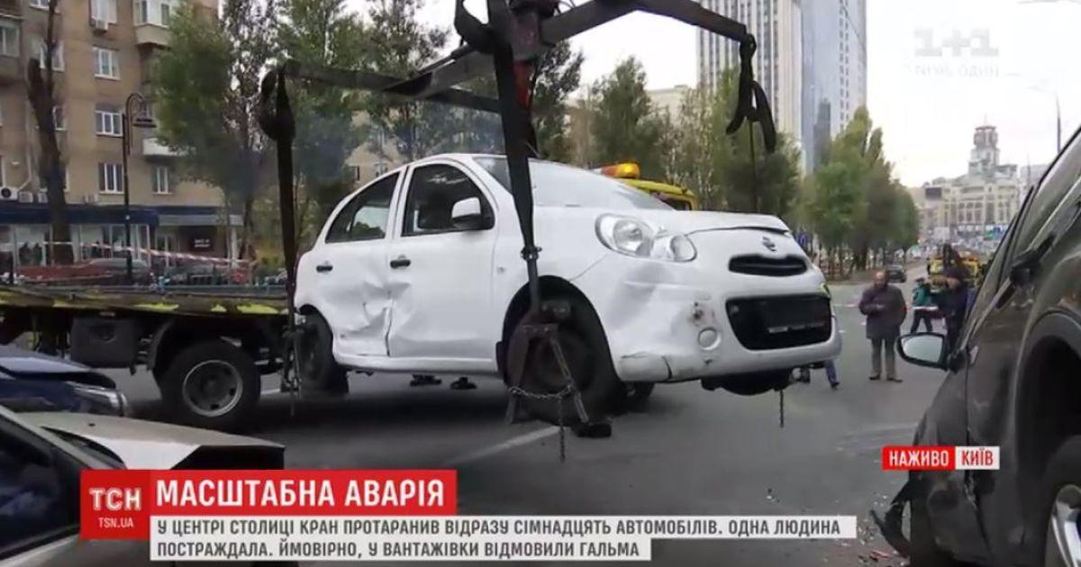 3e31425a9391 Бульвар Леси Украинки освободили от машин, которые собрались в масштабной  аварии сегодня утром. Однако кран-виновник аварии до сих пор остается на  проезжей ...