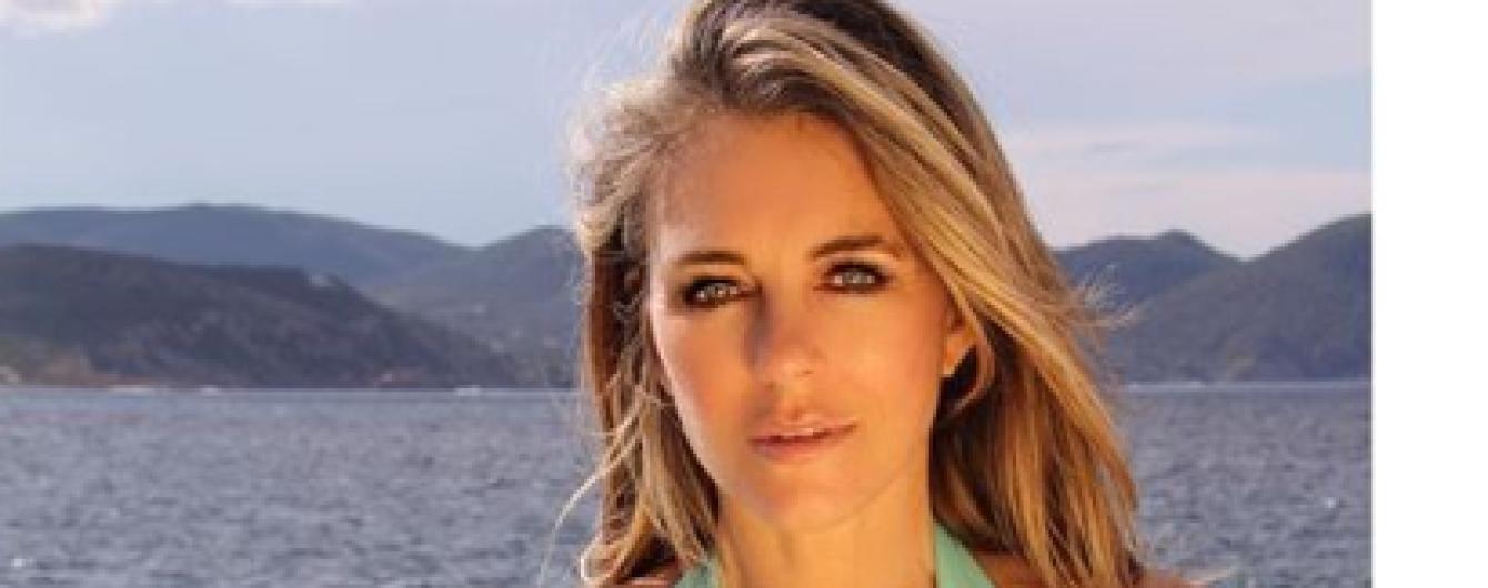 В купальнике с сексуальным декольте: Элизабет Херли на отдыхе