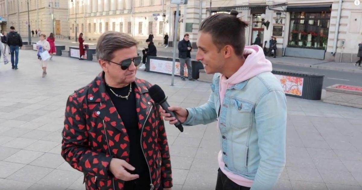 Ведучий зупинив 63-річного Карасьова у екстравагантній куртці у центрі  Москви – неподалік від ЦУМу і ... fc4a4f687411f