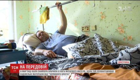 В Марьинке пуля вражеского снайпера попала в ногу местного жителя