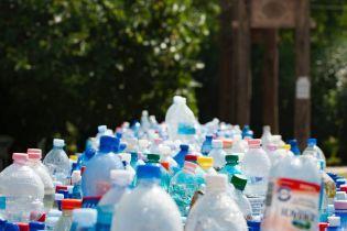 Ученые нашли бактерию, которая может питаться одним только пластиком
