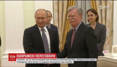 Без символа мира: в Москве завершились переговоры Путина и Болтона