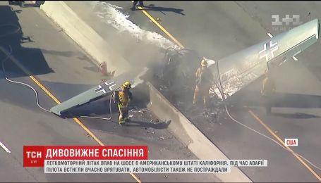 Пилот выжил после падения самолета на оживленную трассу Калифорнии