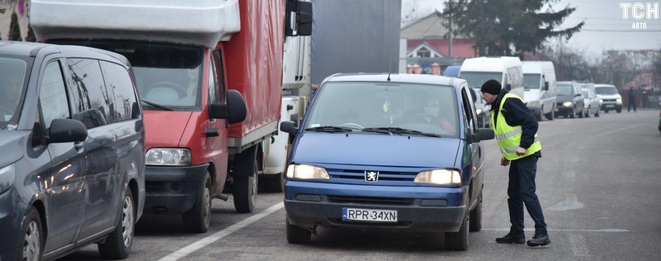 Українські кордони у напрямку Європи заблокували затори. Де найбільше машин