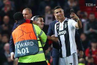 """Роналду взял телефон у фаната """"Манчестер Юнайтед"""" и сделал с ним селфи"""