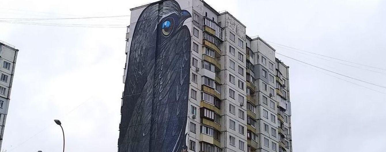 """""""Теперь все перья на месте"""". В Киеве восстановили испорченный утеплением мурал"""