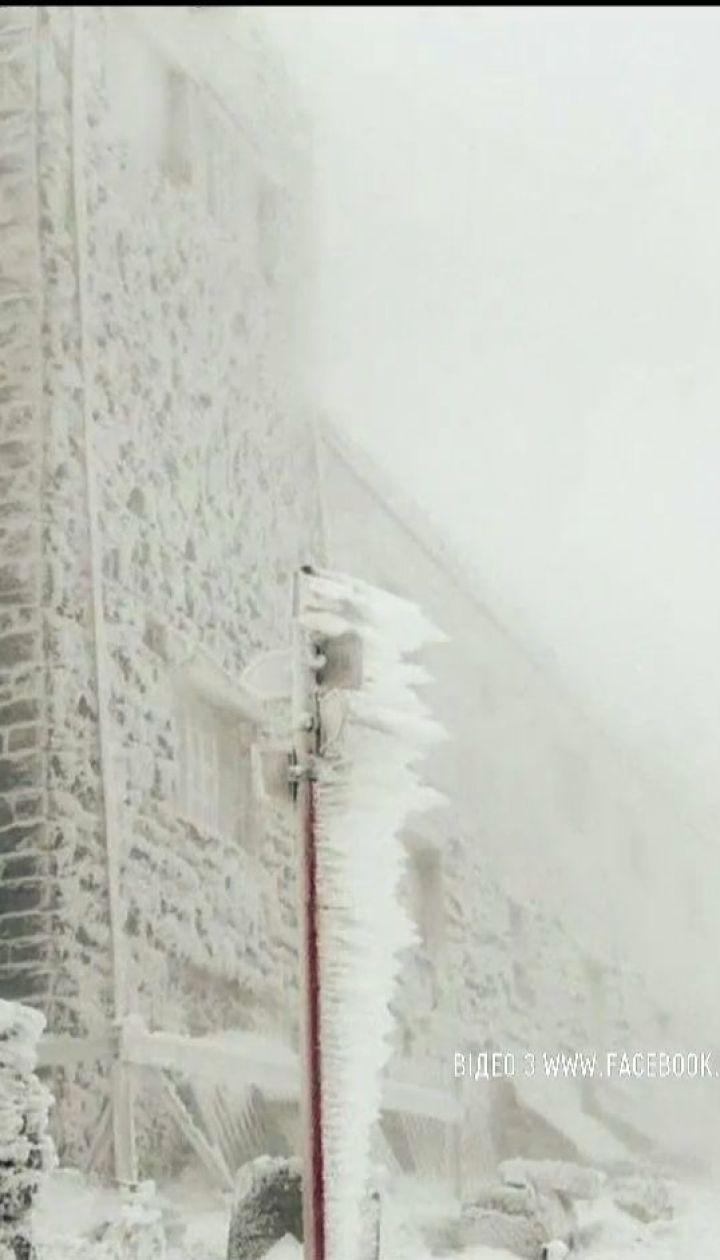 Обіцяне похолодання: Карпати засипало снігом