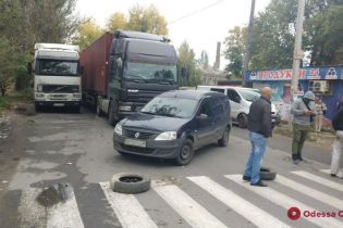 Возле Одессы возмущеные нашествием фур жители перекрыли улицу