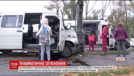 На перекрестке в Днепре маршрутный автобус не разминулся с легковушкой