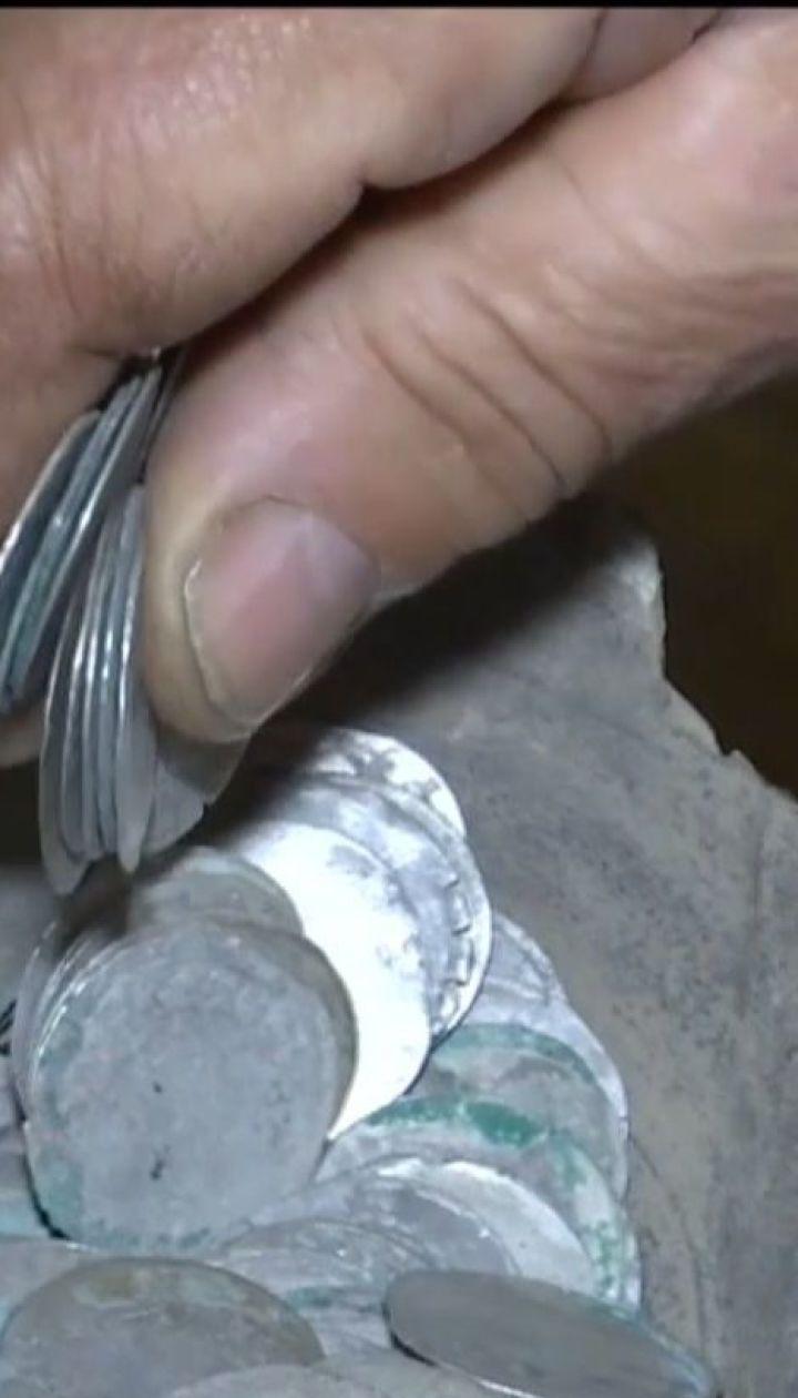 Подружжя пенсіонерів знайшло на городі срібні чеські монети