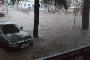 Зруйнований міст і затоплені авто. У російському Туапсе через негоду ввели режим надзвичайної ситуації