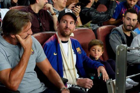 """Мессі з поламаною рукою прийшов підтримати """"Барселону"""" у Лізі чемпіонів"""