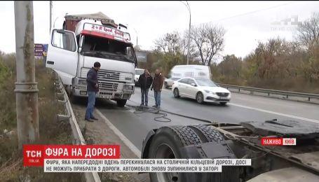 Фура на дорозі: майже добу вантажівка блокує рух довкола Києва