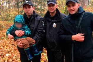 На Буковині поліцейські менш ніж за годину відшукали у лісі зниклого дворічного хлопчика