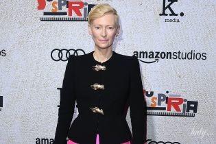 В широких брюках и с клатчем-рукой: Тильда Суинтон произвела фурор своим странным образом на премьере