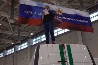 В Росії активістка порізала вени просто на виставці поліцейської техніки