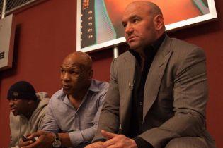 Легендарный Майк Тайсон написал матерное слово на лбу босса UFC