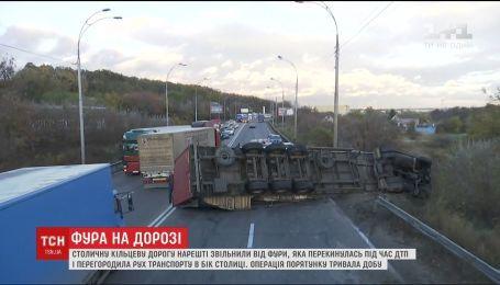 На Окружній у Києві, де напередодні перекинулася фура, розблокували рух авто