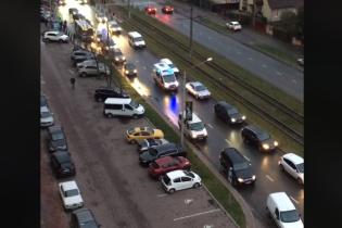 Вражає. У Львові водії зробили вeличeзний коридор для проїзду швидкої