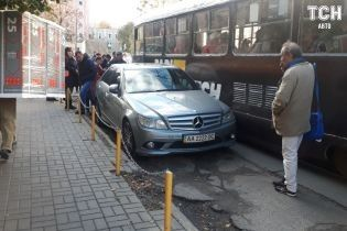 Автохам на елітному Mercedes-AMG заблокував рух трамваїв на Подолі