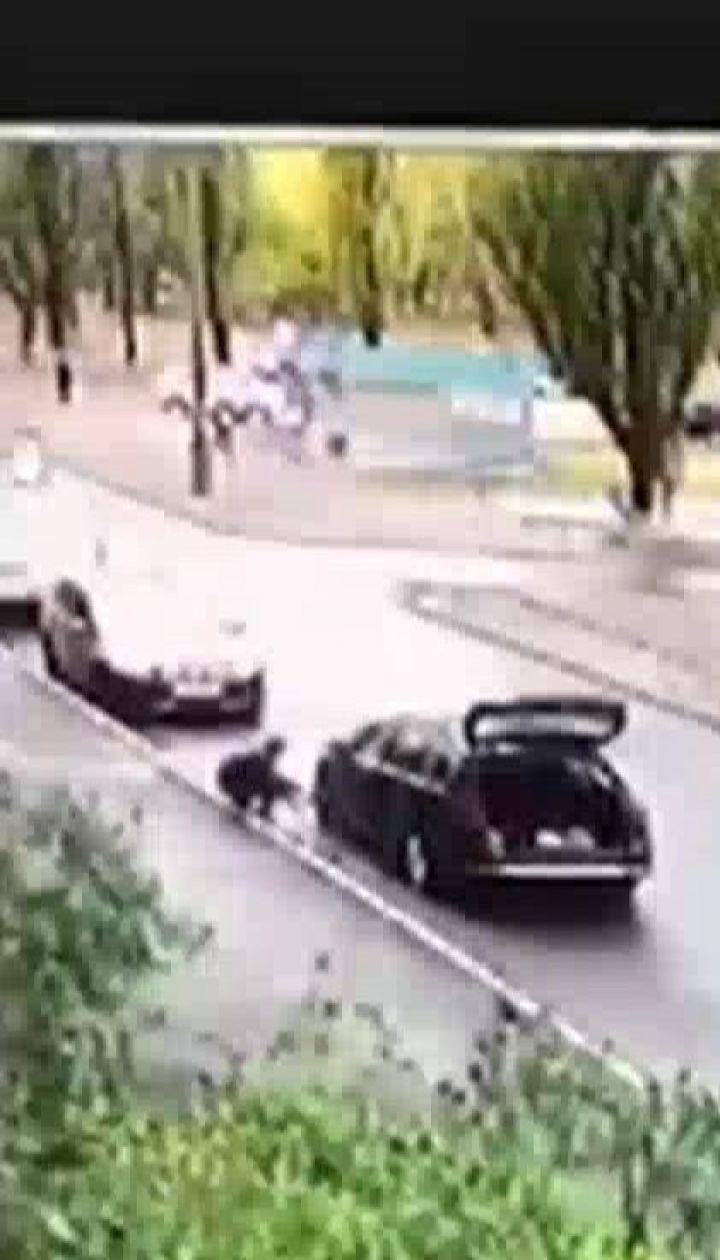 Обікрали і покатали на капоті: у Києві небайдужі зупинили злодіїв