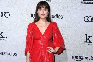 Любит внимание: Дакота Джонсон снова выбрала для красной дорожки короткое платье с акцентом на декольте