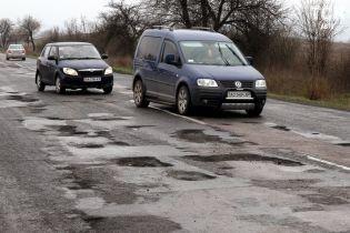 """Нет основы. """"Укравтодор"""" объяснил, почему разваливается трасса Киев-Одесса"""