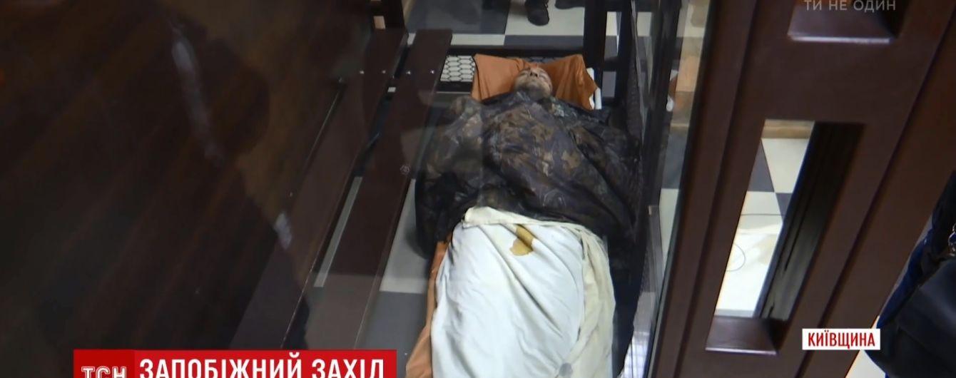 На ношах до суду: підозрюваний у справі про в'єтнамських нелегалів під Києвом заснув на оголошенні рішення про арешт