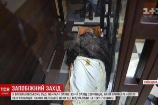 На носилках в суд: подозреваемый в деле о вьетнамских нелегалах под Киевом уснул на оглашении решения об аресте