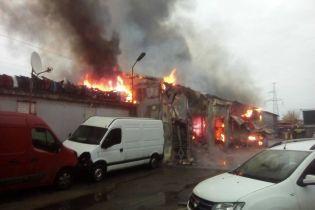 В Києві на СТО сталася пожежа в ангарі з автомобілями