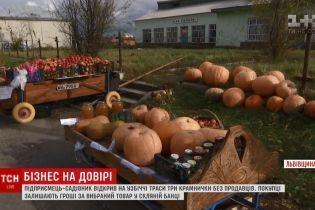 Бизнес на доверии: садовник на Львовщине открыл придорожные магазины без продавцов