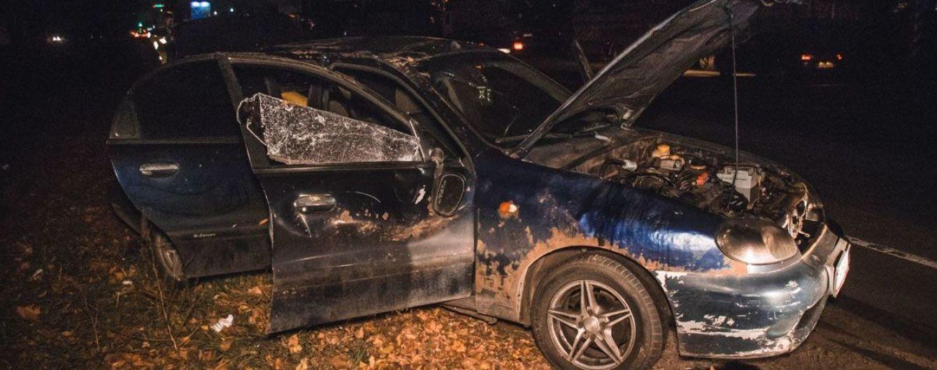 В Киеве на Кольцевой дороге автомобиль с тремя молодыми людьми вылетел в кювет и перевернулся