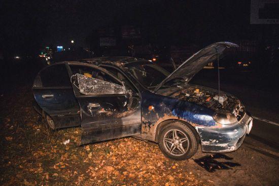 У Києві на Кільцевій дорозі авто з трьома молодими людьми вилетіло в кювет і перекинулось