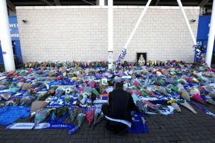 Трагедія в Лестері: люди принесли квіти та клубну символіку під стадіон