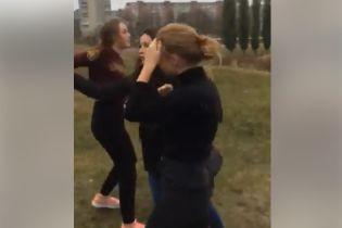 У Рівному жінка припинила бійку між підлітками, а у відповідь отримала брудну лайку