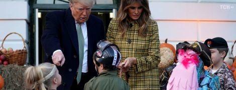 Цукерки або смерть: у Білому домі Трамп із дітлахами розпочали святкувати Геловін