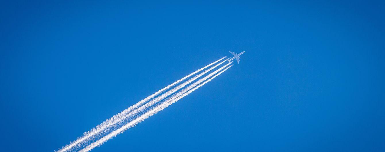 Російський літак екстрено сів через тріщину в лобовому склі