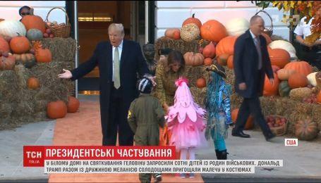 Дональд и Мелания Трамп устроили пир для детей на Хэллоуин