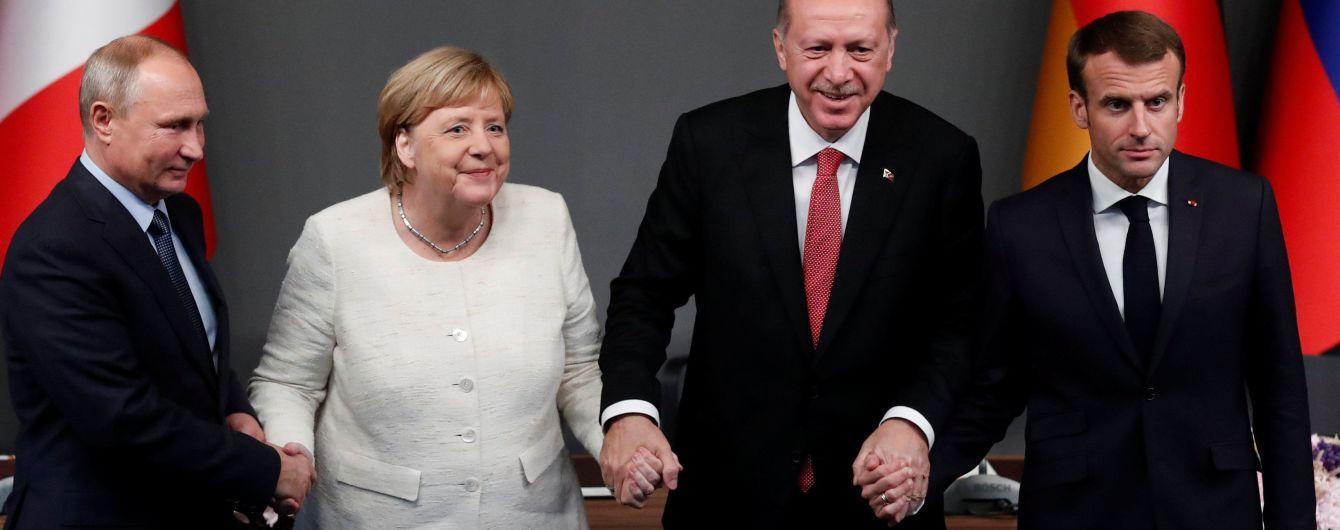 """""""Тримала криваву руку диктатора"""". Меркель розкритикували за рукостискання з Путіним та Ердоганом"""