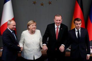 """""""Держала кровавую руку диктатора"""". Меркель раскритиковали за рукопожатие с Путиным и Эрдоганом"""