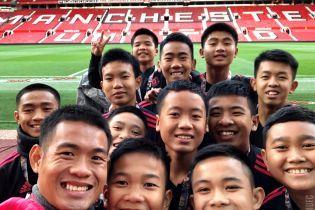 """Дитяча команда, яку витягли з печери, погостювала у """"Манчестер Юнайтед"""". Моурінью обійняв кожного"""