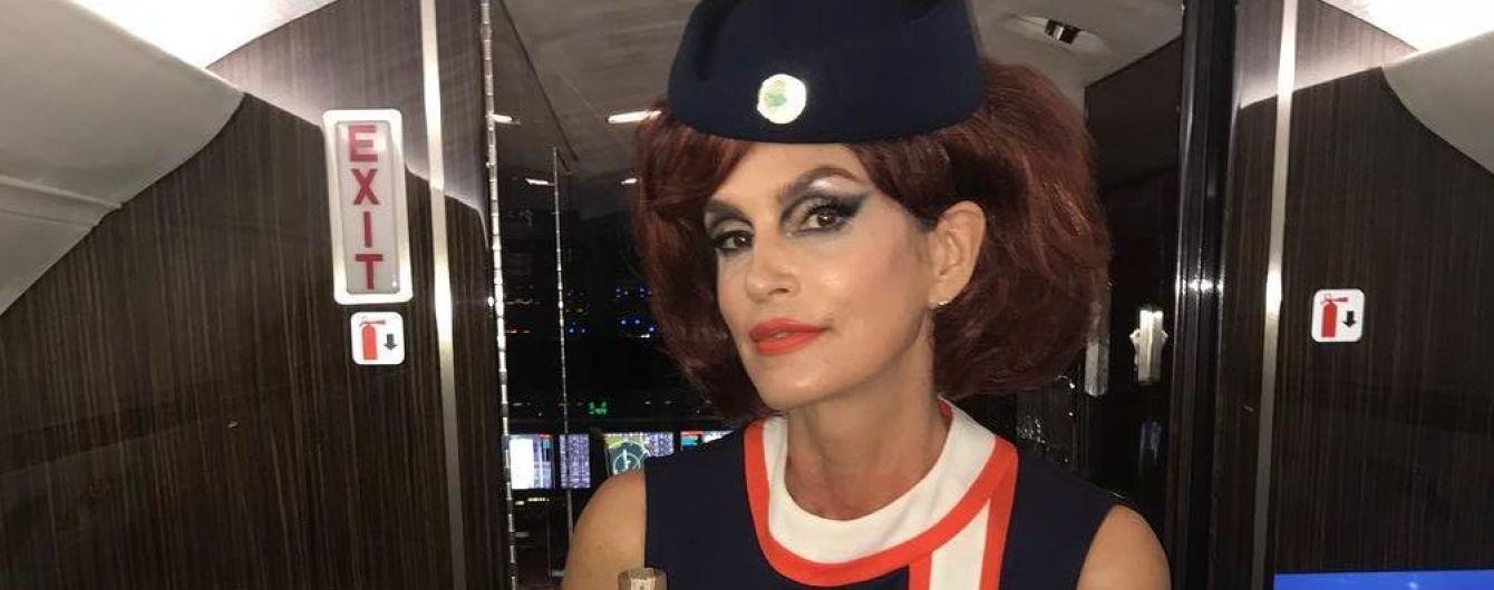 Сексуальная стюардесса: Синди Кроуфорд появилась на хэллоуин-вечеринке в интересном образе