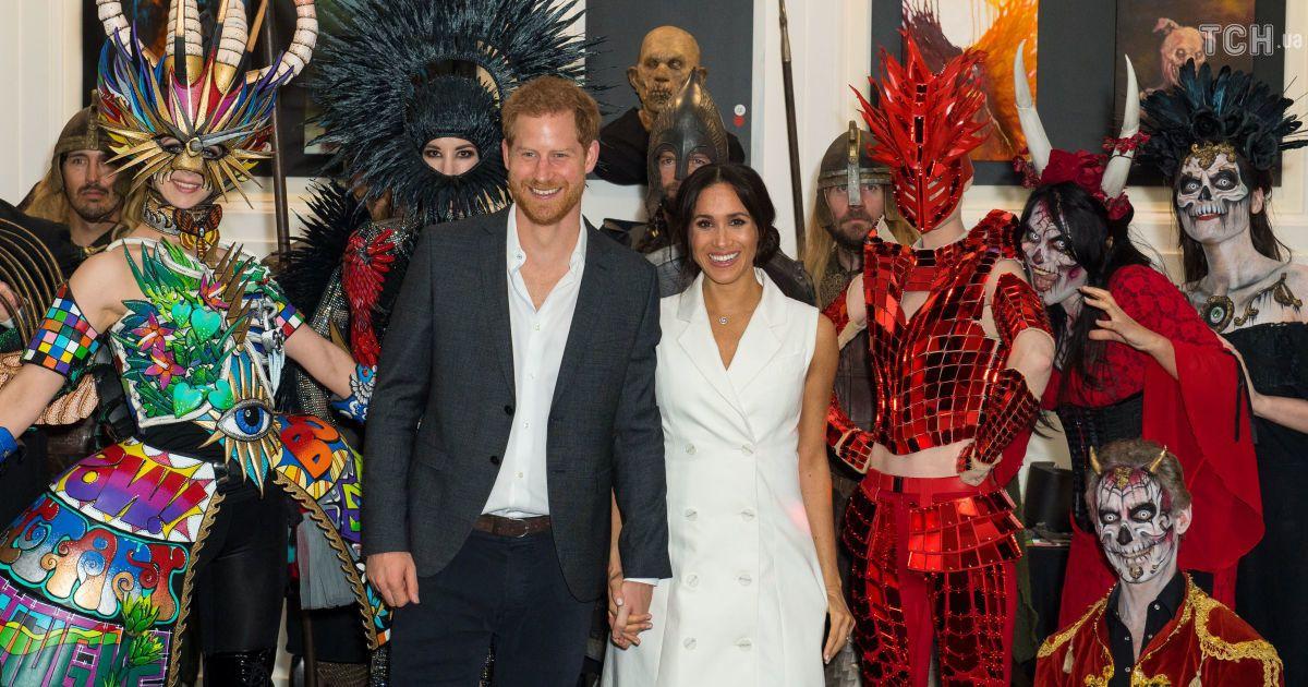 Вагітна Меган у білій міні-сукні разом з принцем Гаррі відсвяткувала  Геловін у колі орків та зомбі (1.34 15) 8a07cac93906c