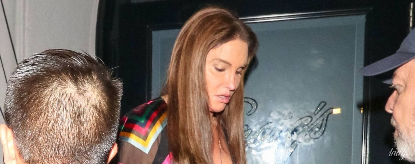 У кольоровій сукні з відвертим декольте: Кейтлін Дженнер папараці підловили в Лос-Анджелесі
