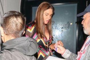 В пестром платье с откровенным декольте: Кейтлин Дженнер подловили папарацци в Лос-Анджелесе