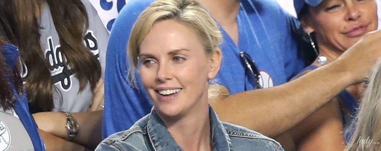 В джинсовой куртке и почти без макияжа: Шарлиз Терон сходила на бейсбол