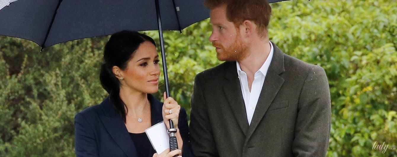 В жакеті, гумових чоботях і під парасолькою: герцогиня Сассекська і принц Гаррі знову потрапили під дощ