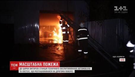 В Киеве сгорела станция техобслуживания и хостел над ней